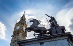 Big Ben, Londres, Reino Unido - uma vista do marco popular com a estátua de Boadicea, a torre de pulso de disparo conhecida como  imagem de stock