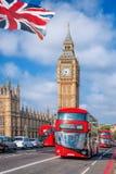 Big Ben med bussar i London, England Arkivbilder
