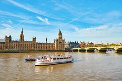 Big Ben med flodThemsen, London Arkivfoton