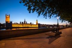 Big Ben med parlamentet på skymning i London Arkivbild