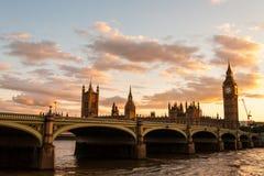 Big Ben med parlamentet på solnedgången i London Fotografering för Bildbyråer