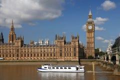 Big Ben mit Boot, London, Großbritannien Stockfotografie