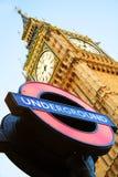 Big Ben mit London unterirdisch kennzeichnen Stockfotografie