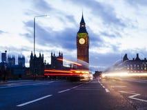 Big Ben och biltrafik i London Arkivbild