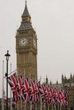 Big Ben och brittflaggor Arkivfoton