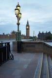 Big Ben och bro, ingen i ottan i London Arkivfoton