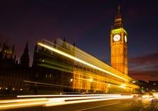 Big Ben och en ljus slinga på skymning royaltyfri fotografi