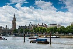 Big Ben och flodThemsen Arkivbilder