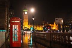 Big Ben och hus av det röda telefonbåset för parlament Arkivfoto