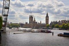 Big Ben och hus av parlamentet på Thames River Royaltyfri Bild