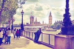 Big Ben och hus av parlamentet på Thames River Arkivbilder