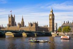 Big Ben och hus av parlamentet på Thames River Arkivbild
