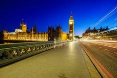 Big Ben och hus av parliamen i London på natten Arkivbild