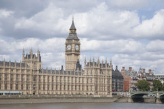 Big Ben och husen av parlamentet med flodThemsen, Lond Royaltyfri Bild