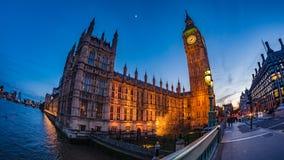Big Ben och huset av parlamentet i London efter solnedgång royaltyfri bild