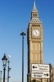 Big Ben och London vägmärke Arkivbild