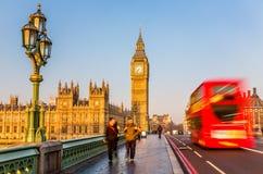 Big Ben och röd dubbeldäckarebuss, London Arkivbilder
