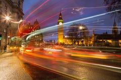 Big Ben och trafik under rusningstid arkivfoton