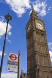 Big Ben och Westminster hållplatstecken Royaltyfri Fotografi