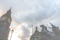 Big Ben od niskiego kąta zdjęcie royalty free