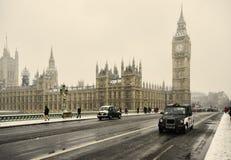 Big Ben på en snöig dag London Arkivfoto