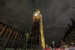 Big Ben på natten med ljusa slingor Arkivbilder