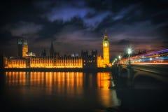 Big Ben på natten med ljusen av bilarna i den London staden Royaltyfria Bilder