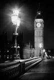 Big Ben på natten som tas från bron med gataljus Arkivfoto