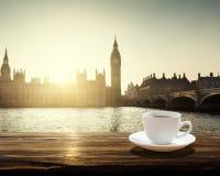 Big Ben på solnedgången och koppen kaffe, London, UK Royaltyfri Foto