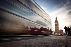 Big Ben pałac Westminister, czerwony autobus i turystów ruszać się, Zdjęcia Royalty Free