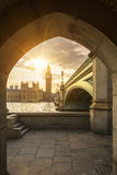 Big Ben par le tunnel piétonnier au coucher du soleil Image stock