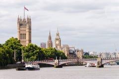 Big Ben, ponte de Westminster, e Decker Bus Crossin dobro vermelho fotos de stock royalty free