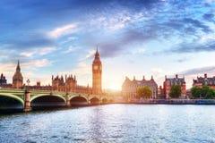 Big Ben, ponte di Westminster sul Tamigi a Londra, Regno Unito al tramonto fotografia stock libera da diritti