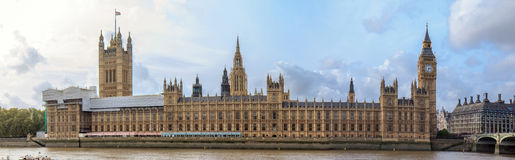 Big Ben, puente y el parlamento - panorama Imagen de archivo libre de regalías
