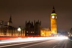 Big Ben que mira sobre tráfico del puente de Westminster Fotografía de archivo libre de regalías