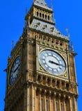 Big Ben stänger sig upp med blå himmel, London royaltyfri bild