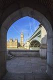Big Ben till och med den fot- tunnelen Fotografering för Bildbyråer