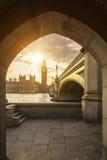 Big Ben till och med den fot- tunnelen på solnedgången Fotografering för Bildbyråer