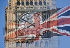 Big Ben, torre de pulso de disparo, o parlamento abriga e bandeira britânica fundida em uma exposição dobro disparado da bandeira Fotos de Stock