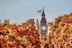 Big Ben-Uhr gegen Herbstlaub in London, England, Großbritannien Lizenzfreies Stockfoto