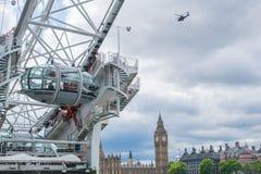 Big Ben, un helicóptero y el ojo de Londres en Londres, Reino Unido Imagen de archivo libre de regalías