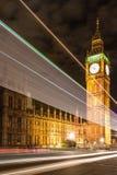 Big Ben und Nachtverkehr auf Westminster-Brücke stockbild
