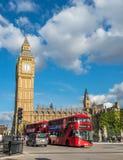 Big Ben und roter Bus in London Stockfotos