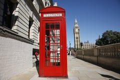 Big Ben und roter Telefon-Stand stockfoto