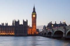 Big Ben und Westminster-Brücke lizenzfreie stockfotos