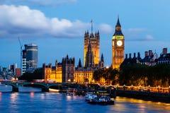Big Ben und Westminster-Brücke am Abend Lizenzfreie Stockfotos
