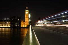Big Ben van de Brug van Westminster bij Nacht wordt gezien die Royalty-vrije Stock Foto