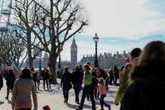 Big Ben visível no fundo como multidões anda ao longo do banco sul em Londres Imagens de Stock Royalty Free