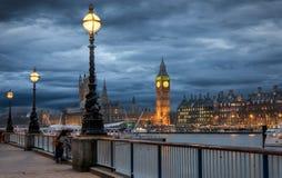 Big Ben visto de Southbank em uma noite nebulosa do inverno Foto de Stock Royalty Free