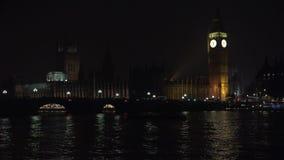 Big Ben w Londyn nocą, ruch drogowy na Westminister moście, Brytyjski Stary zegar zdjęcie wideo